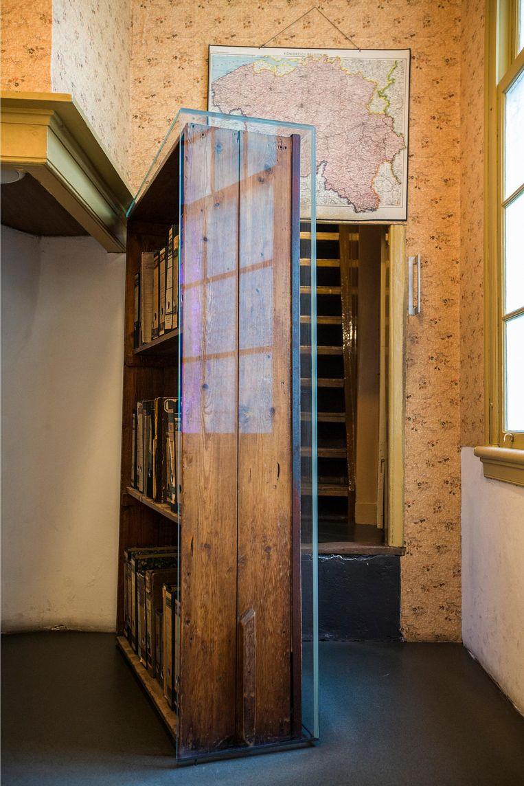 Via de draaibare boekenkast bereiken bezoekers het Achterhuis. Beeld Cris Toala Olivares/Anne Frank Stichting