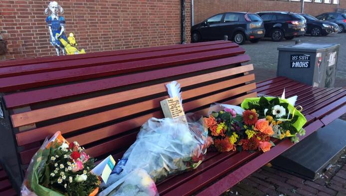 Bloemen op de plek waar Michael de Boe werd doodgestoken.