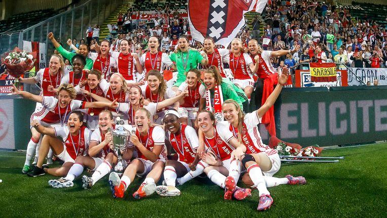 De Ajax-vrouwen na het winnen van de bekerfinale tegen PSV. Beeld Proshots
