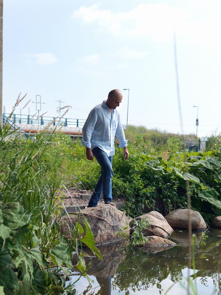 Mohsin Hamid, gefotografeerd in Amsterdam Oost. Beeld Lukas Göbel