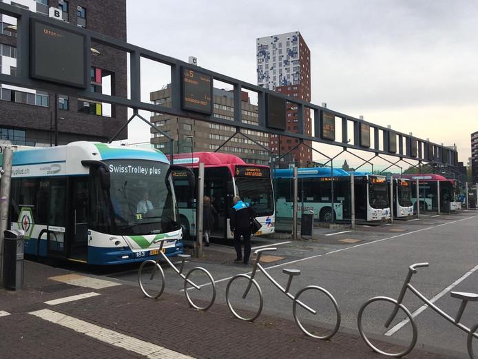 Trolleybus op het busstation in Nijmegen.