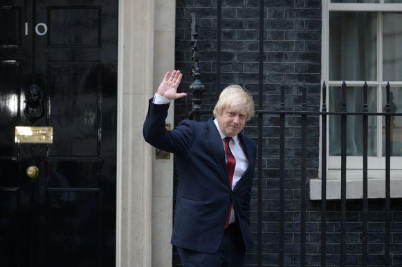 Boris Johnson voor de deur van Downing Street 10.
