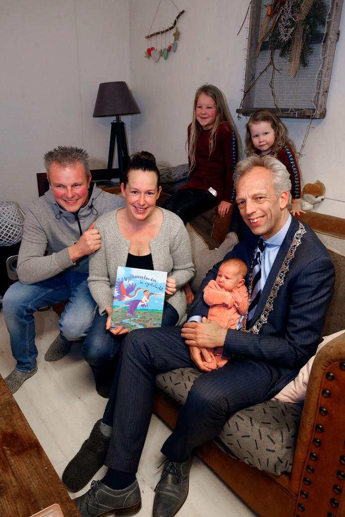 Burgemeester Sjors Fröhlich bracht  het nieuwe geboorteboekje van de gemeente Vijfheerenlanden langs bij baby Lijsje Rietveld in Nieuwland.