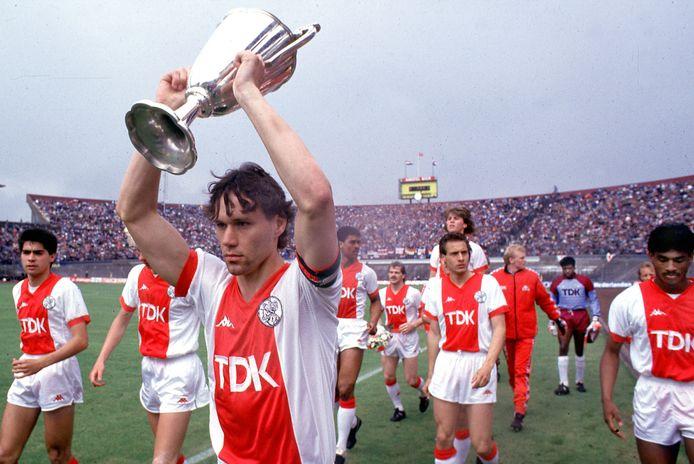 1987: Marco van Basten met de Europa Cup II na de zege op Lokomotive Leipzig.