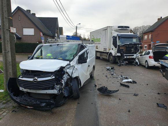 De bestelwagen kwam uit Landweg (links) en wilde de Servaas Daemsstraat inrijden, maar werd in de flank aangereden door de vrachtwagen.
