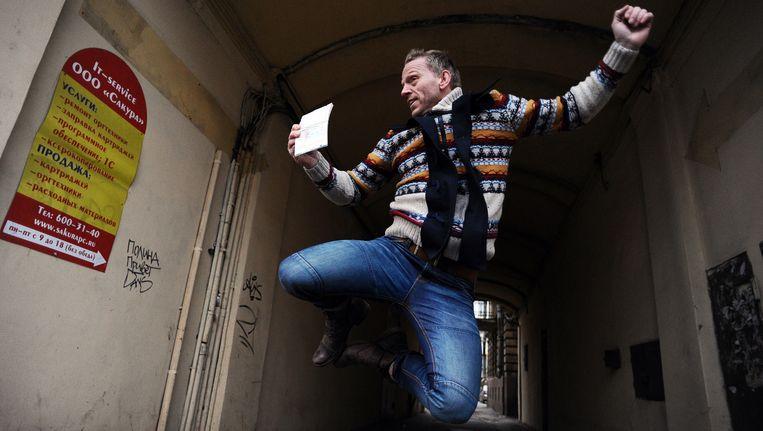 Mannes Ubels springt een gat in de lucht bij het ontvangen van zijn uitreisvisum. Beeld AFP