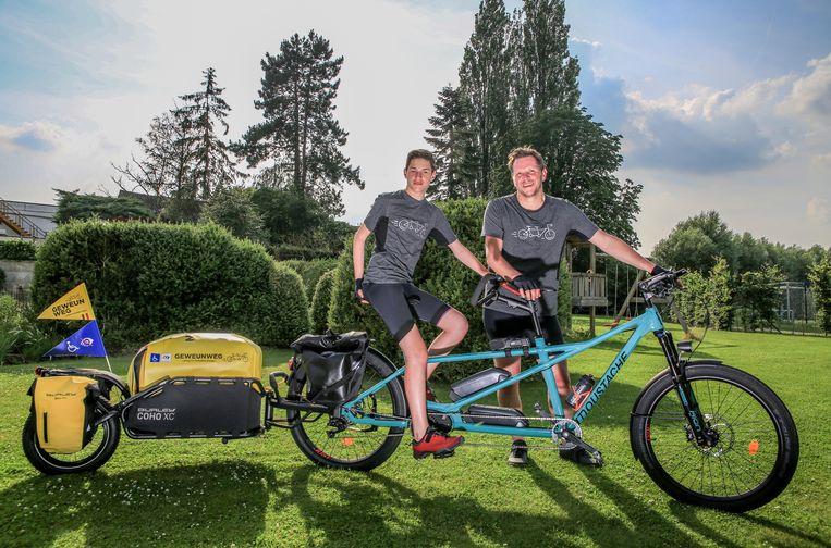 Matthias Malfrere (40) en zijn zoon Camiel (13) uit Zwevegem springen zondag hun tandem op, om naar Denemarken te fietsen.