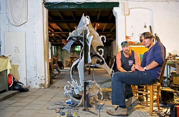 René Frik (l) en Maarten Donders op archiefbeeld toen het kunstwerk nog in de maak was.