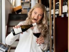 Kirsten (31) geeft online wijnproeverijen in coronatijd: 'Ik wil van het stoffige imago van wijn af'