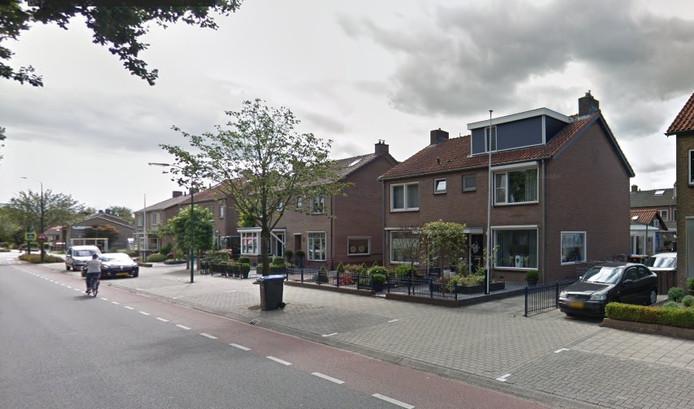 Op Facebook vertelt het slachtoffer dat de fles werd gegooid vanuit een groep mensen die ter hoogte van huisnummer 19 stond.
