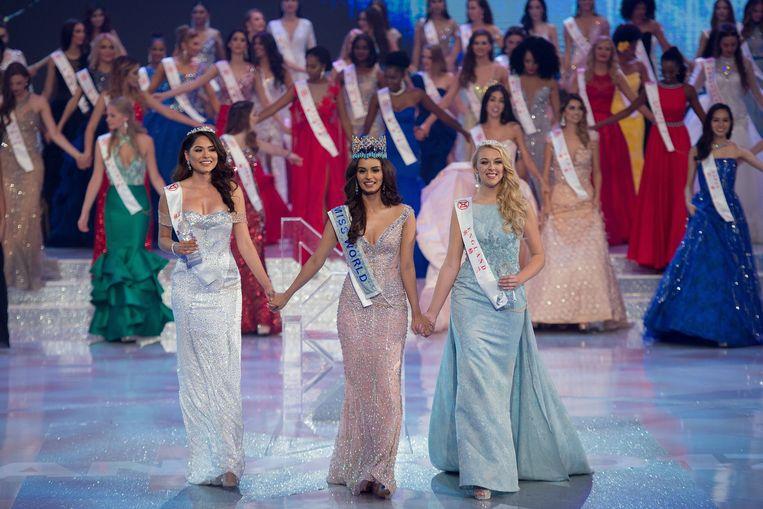 Miss Mexico Alma Andrea Meza Carmona (L) eindigde op de tweede plaats, de derde plaats ging naar Miss England Stephanie Jayne Hill (R).