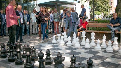 """Buitenschaakbord op pleintje voor bib ingehuldigd: """"Het leven lijkt op schaken"""""""