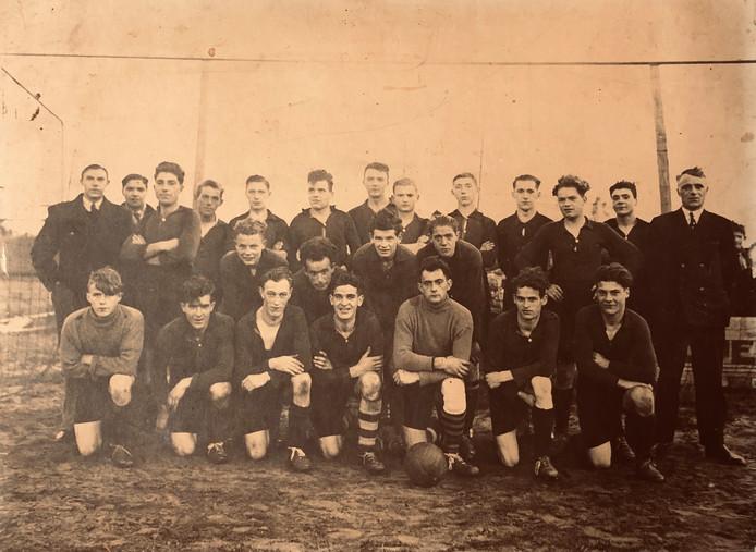 Het eerste en tweede elftal van de Leender voetbalvereniging DOSL in 1936.