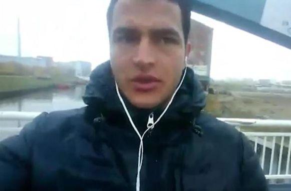 Terrorist Anis Amri terwijl hij in een video trouw zweert aan IS (nadien pleegde hij een aanslag op de kerstmarkt van Berlijn).