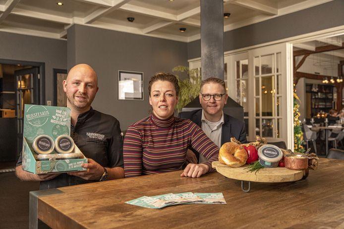 Eigenaren Jojan Kersbergen (chef-kok) en Sabine Hof richten een paar maanden geleden een bedrijf op samen met ondernemer Vincent Jansen (rechts). Binnen de kortste keren staat Husselsaus met grote letters op de kaart.