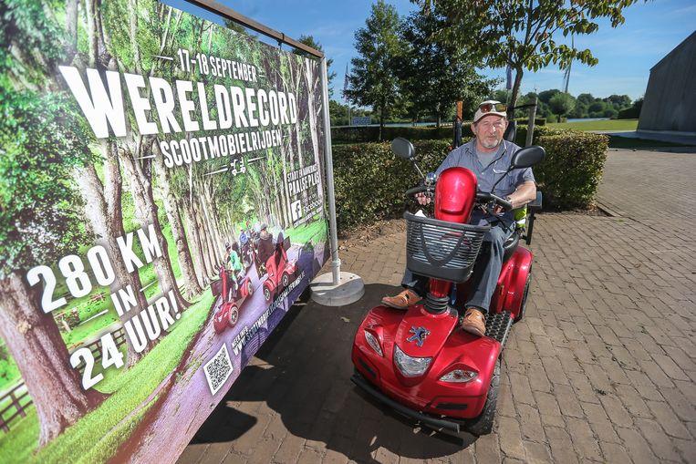 Sylvain Lucas wil met zijn rode scootmobiel een wereldrecord vestigen.