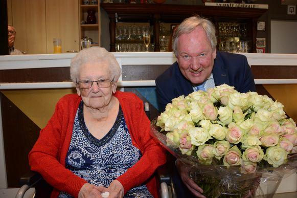 Maria werd door burgemeester Van de Vijver in de bloemetjes gezet met honderd witte rozen.