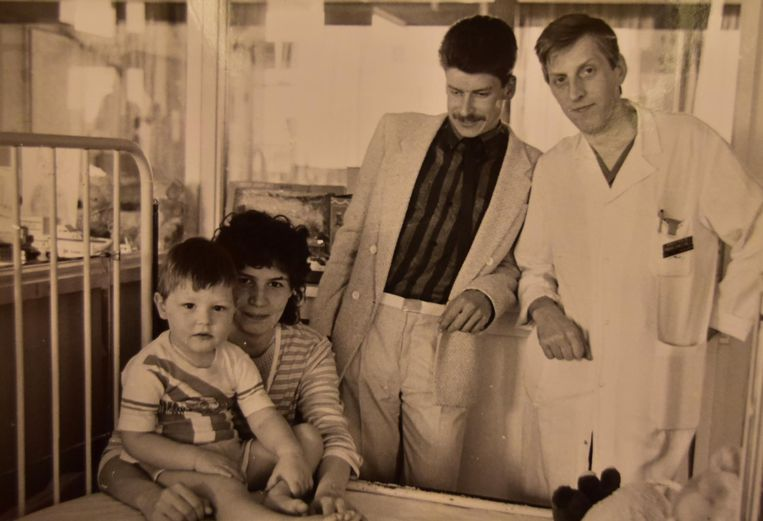 Eric Veracx (tweede van rechts) op bezoek in het ziekenhuis bij Bjorn en zijn moeder Dorine.