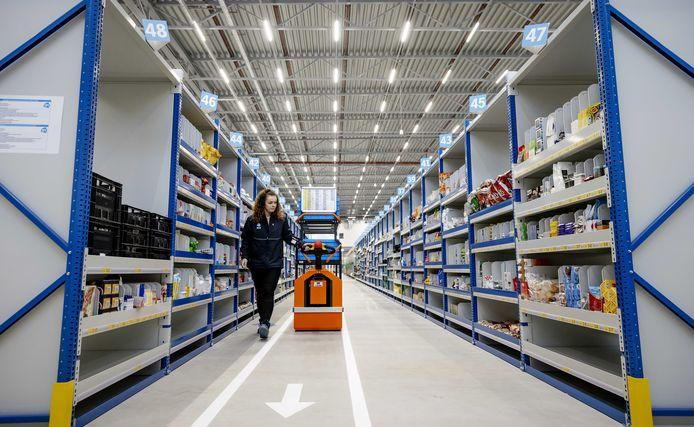 Een medewerker is bezig met verzamelen van boodschappen in het nieuwe Home Shop Center (HSC) in Bleiswijk. Vanuit dit gebouw bezorgt de supermarktketen wekelijks tienduizenden bestellingen bij klanten.