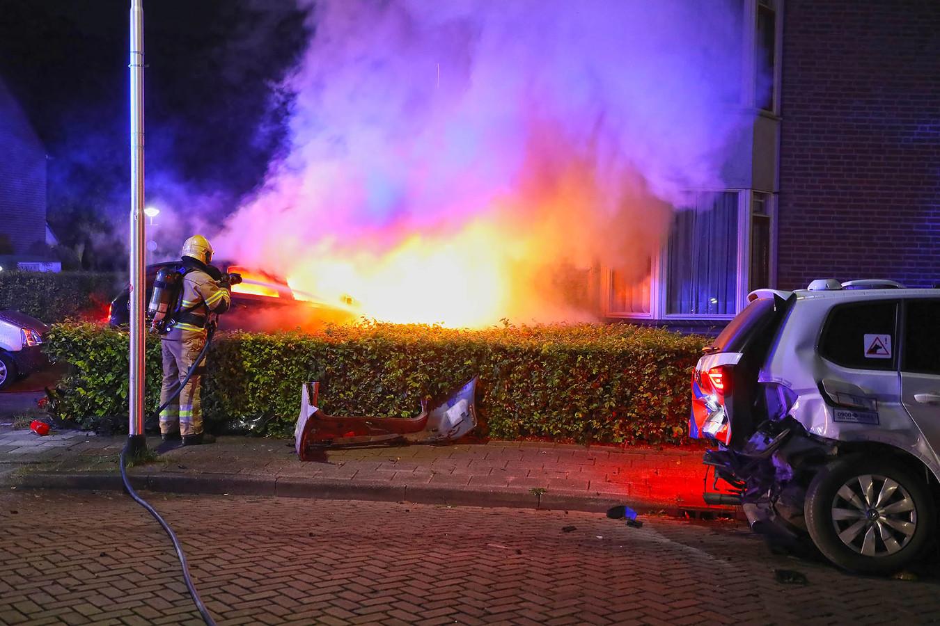 Ilone en Sharon de Knegt uit Oss redden een Osse bestuurder uit zijn auto, die niet veel later in vlammen opging.