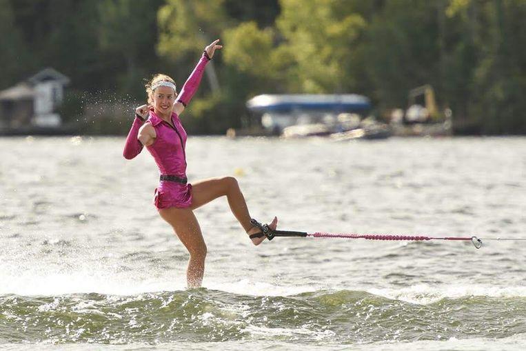 Jasmin Geens (17) in actie tijdens het waterskiën.