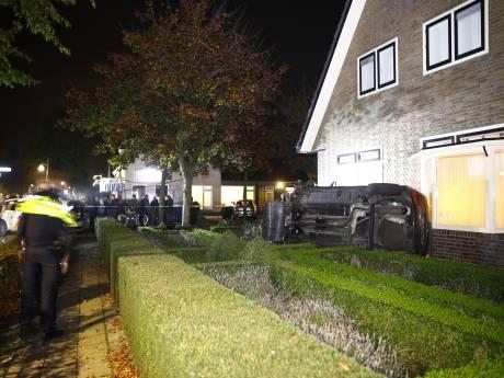 Auto schiet door voortuin en crasht tegen woning in Wezep