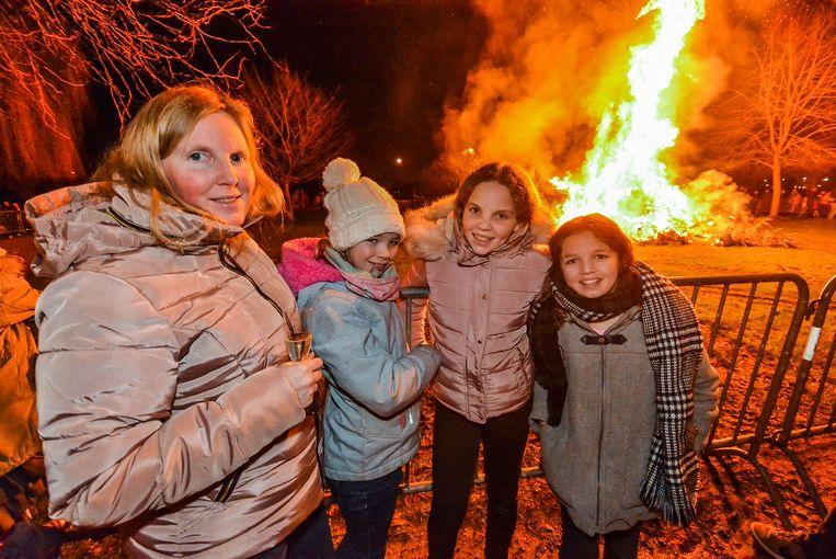Joseline Croes nam haar dochterje Dunja en haar vriendinnetjes Lize en Marie mee naar de kerstboomverbranding.