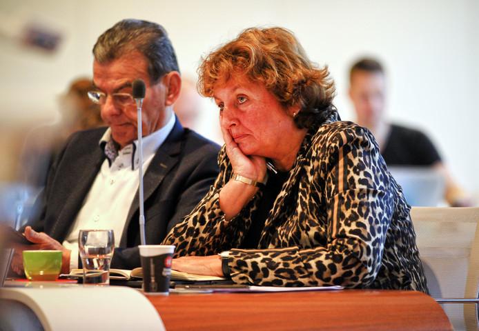 Burgemeester Liesbeth Spies van Alphen aan den Rin tijdens het debat in de gemeenteraad over het afdragen van haar neveninkomsten. Links wethouder Gerard van As.