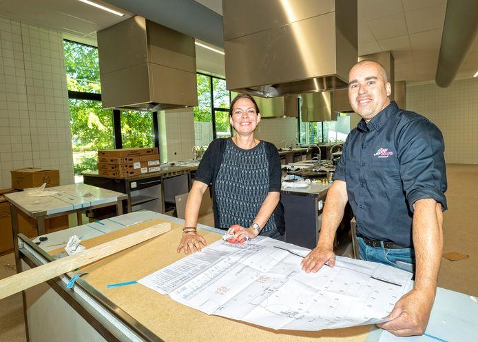 Evelien Terwijn en conciërge Martijn Matse in één van de nieuwe praktijklokalen van het Groene Hart Leerpark.