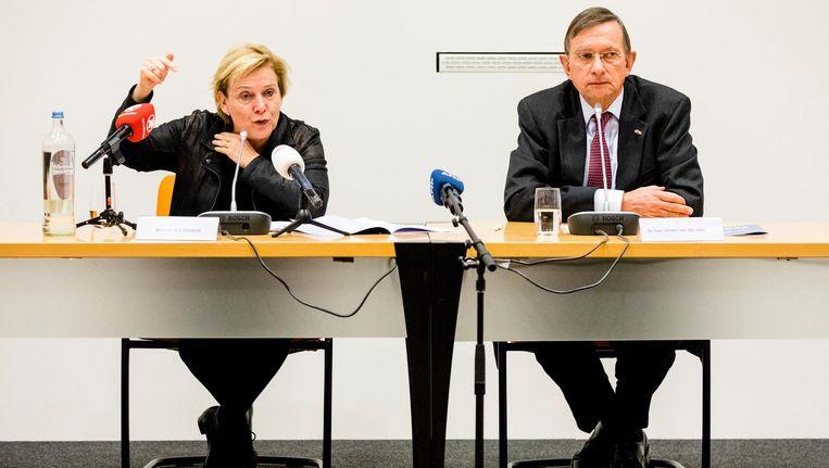 Minister Ank Bijleveld van Defensie (CDA) en commissievoorzitter Jeroen van der Veer geven een reactie op het rapport over veiligheid bij Defensie. Beeld ANP