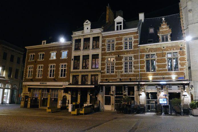 Het is donker en stil achter de ramen van de cafés en restaurants op de Grote Markt naast de Sint-Pieterskerk.