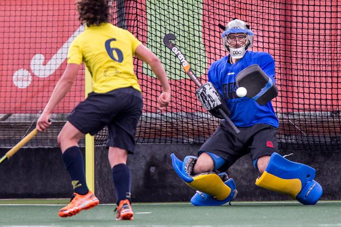 Doelman Pim Arnold van Apeliotes in actie tijdens de play-offs om promotie. De Nijmeegse studenten deden vorig seizoen al mee in de Silver Cup.