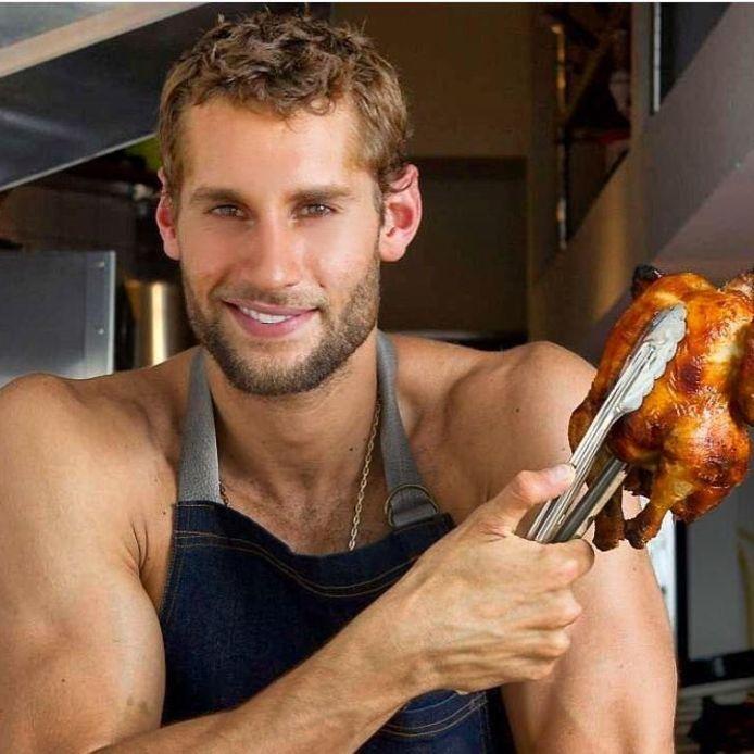 Maak kennis met the naked chef. Deze man doet zijn naam