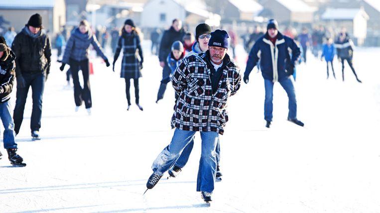 Schaatsliefhebbers draaien hun rondjes op de ijsbaan van Hardinxveld - Giessendam. © ANP Beeld