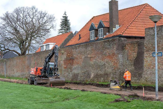 Het voetpad en het fietspad langs de stadsmuur worden weggehaald; er komt een nieuw pad voor terug in het wandelgebied langs het Wolderwijd.
