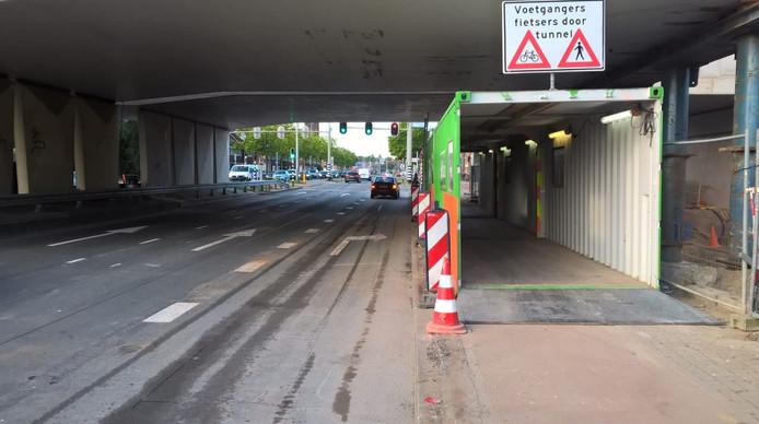 De rijbanen en de tijdelijke tunnel voor fietsers en voetgangers onder het spoorviaduct over de Cartesiusweg zijn weer opengesteld. Geheel rechts is de stalen constructie te zien die het viaduct nu draagt.