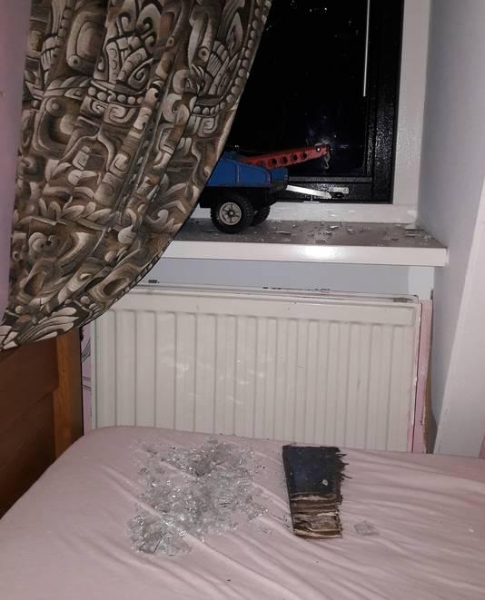 Een stuk hout, afkomstig van de aanhanger tien meter verderop, vloog door het slaapkamerraam van buurman Willem. Het glas ligt nog op zijn bed.