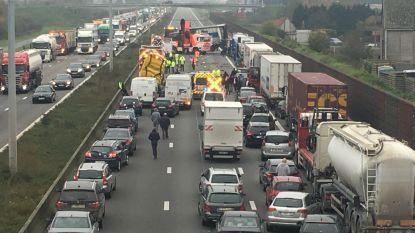 E17 richting Kortrijk versperd na ongeval met zeven voertuigen: weg is vrijgemaakt
