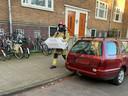 De Dierenabulance in Amsterdam schakelt de brandweer in om een kat uit het huis van een zeer zieke coronapatiënt te halen.