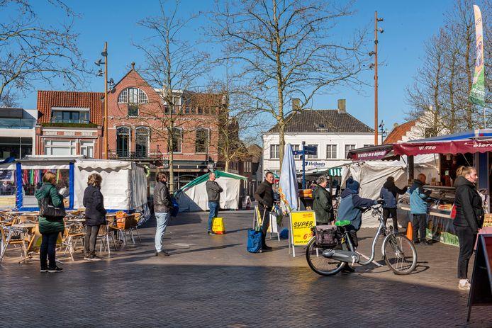 De weekmarkt in Oosterhout, iedereen houdt keurig afstand.