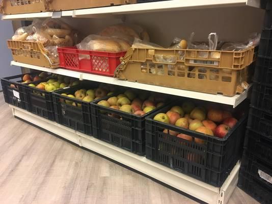 Kratten vol doneerde de Tilburgse aan de voedselbank.