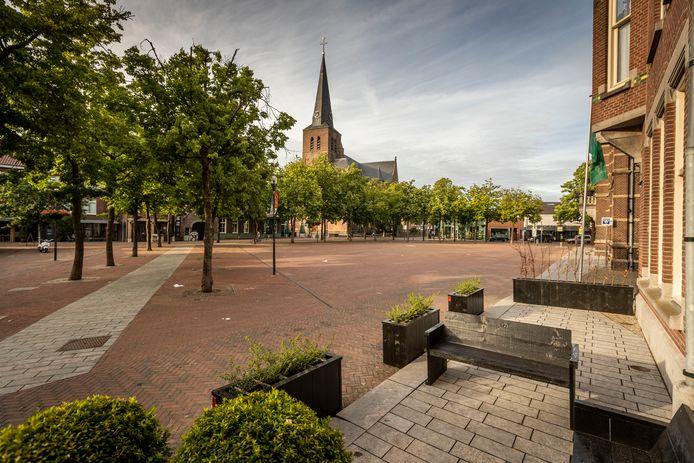 De Deurnese Markt, normaal gesproken afgeladen vol met mensen die een terrasje pakken, is nu nog leger dan leeg. Per 1 juni krijgen cafés extra ruimte voor hun tafels en stoelen.
