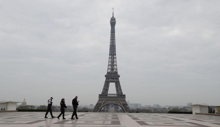 Enkel drie agenten bevolken het Esplanade du Trocadero, het plein voor de Eiffeltoren in Parijs.