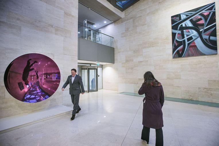 De hal van het hoofdkantoor van ABN Amro Zuidas in Amsterdam. Aan de muur hangt Zonder titel uit 1999 van Anish Kapoor 1954. Beeld Guus Dubbelman