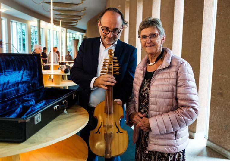 Gert Schrijvers schat violen. Ook Monique Loos liet haar 'viola d'amore' met 13 snaren schatten. Ze zou vierduizend à vijfduizend euro waard zijn.
