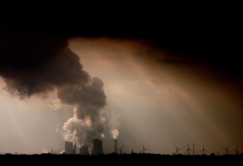 Een bruinkoolfabriek spuwt dikke rookpluimen uit.