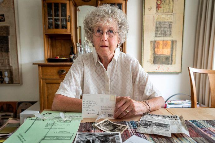 Dixy Hems uit Oirschot is er nog steeds verbaasd over dat een ansichtkaart die zij ruim 20 jaar geleden naar haar moeder verstuurde, nu pas is aangekomen.
