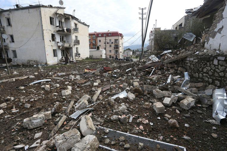 Puinhopen na een bombardement tijdens het conflict rond Nagorno-Karabach, in Stepanakert.  Beeld via REUTERS