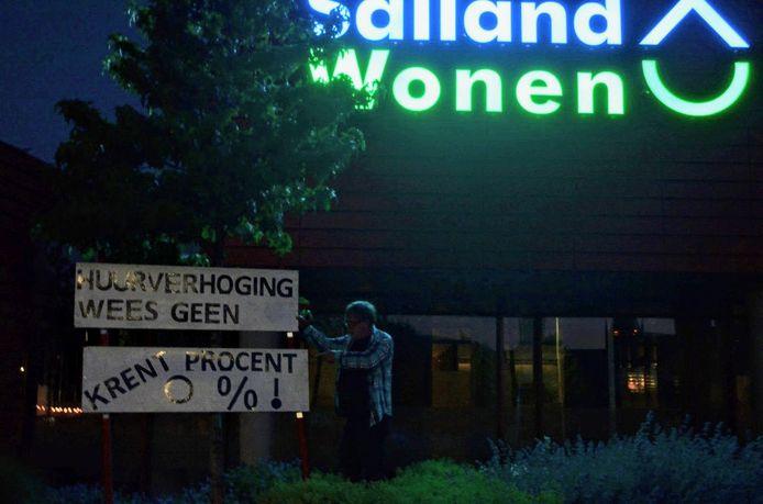 Het logo van de actie werd met stoepkrijt voor de deur van Salland Wonen getekend. De volgende dag was het alweer verdwenen.