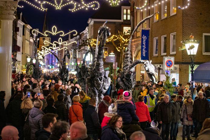 Een volle Oudestraat bij de 20ste editie van Kerst in Oud Kampen, december vorig jaar.